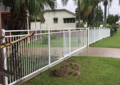 FENCE WITH FEATURE